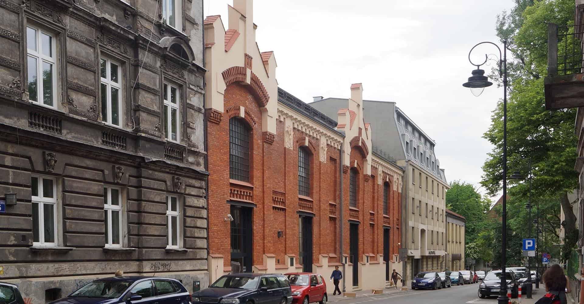 elewacja budynku z czerwonej cegły